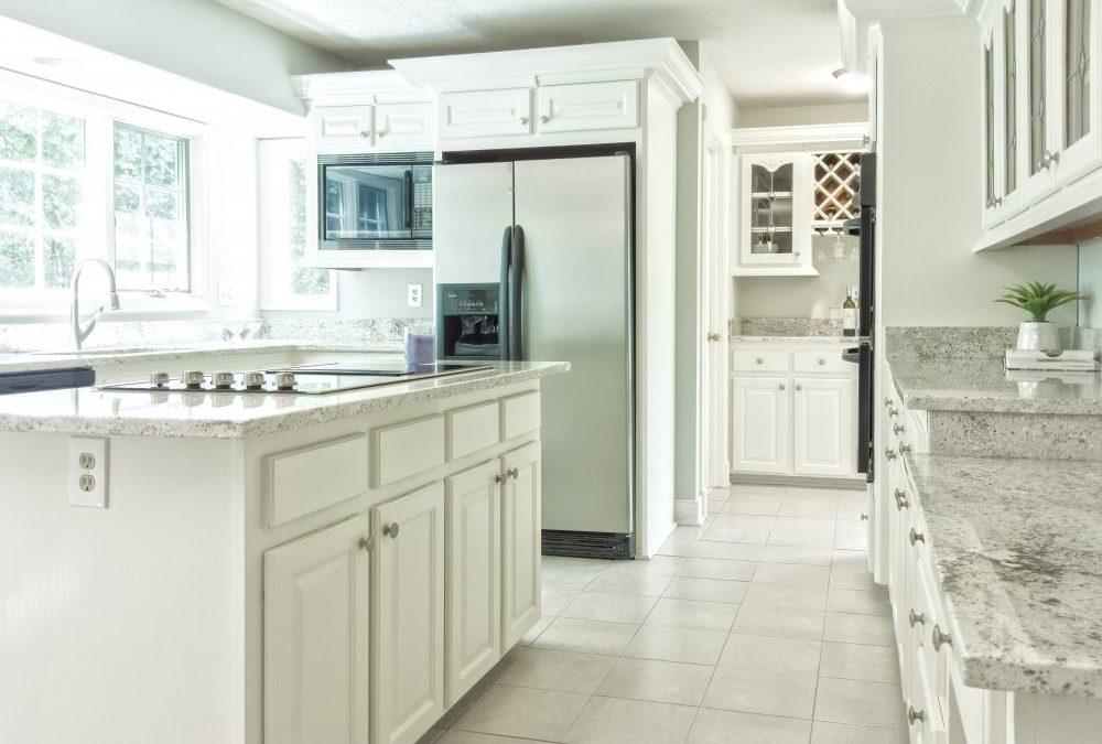 Skapa en lantlig stil i hemmet med återbruk och spröjsade sidohängda fönster