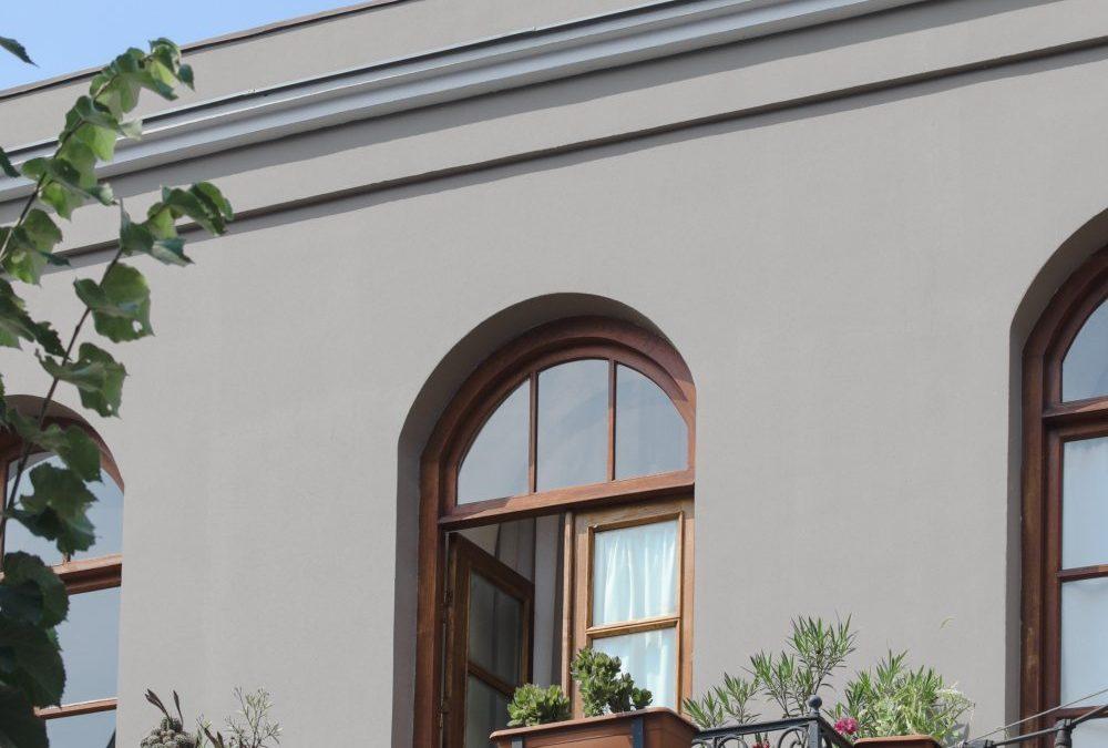 Öppna upp en dubbel altandörr mot trädgården